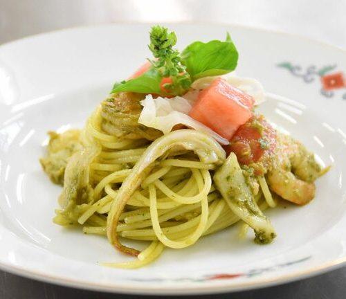 白いきくらげ「白美茸」をはじめとした佐賀県産食材をふんだんに使用し、有田焼の器に盛り付けた「唐津のごちそうパスタ」
